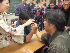 08.先生と腕相撲